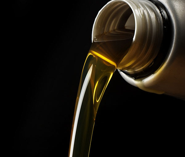 pouring-motor-oil-600